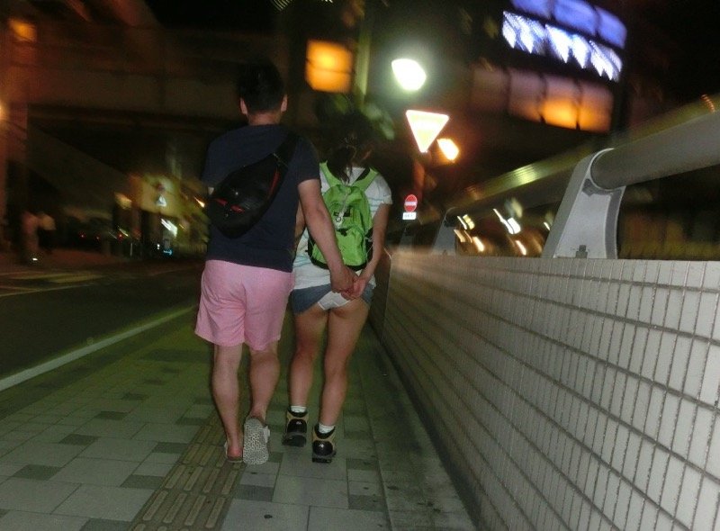 【いたずらエロ画像】子供の頃を思い出してお姉さんやJKたちのスカートをめくってみた結果wwww 57