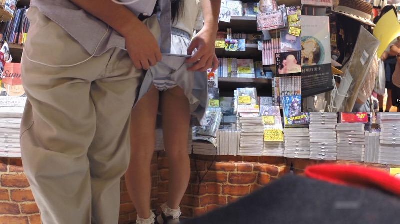 【いたずらエロ画像】子供の頃を思い出してお姉さんやJKたちのスカートをめくってみた結果wwww 73