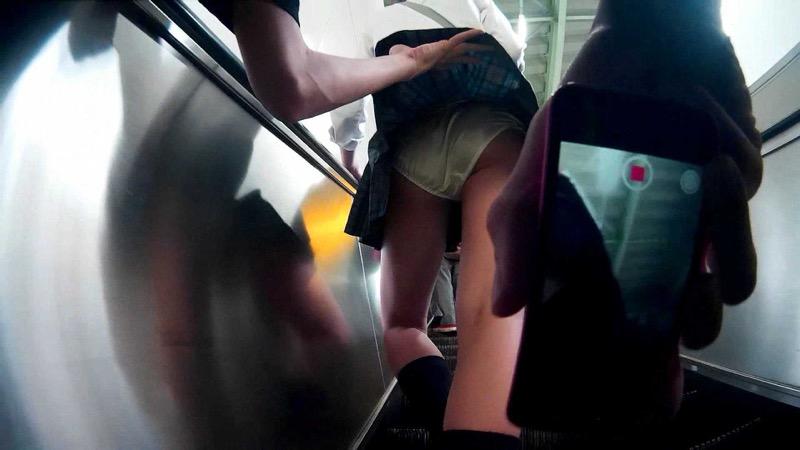 【いたずらエロ画像】子供の頃を思い出してお姉さんやJKたちのスカートをめくってみた結果wwww 77