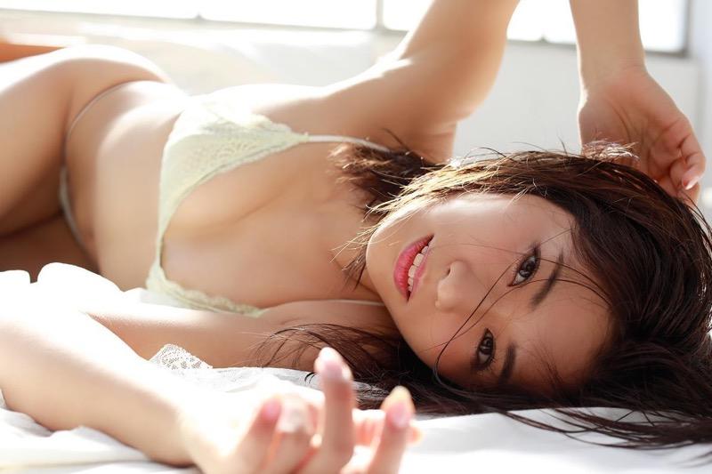 【安枝瞳グラビア画像】セクシーランジェリーが似合っていて大きなお尻がエロいピコ太郎の嫁さんwwww