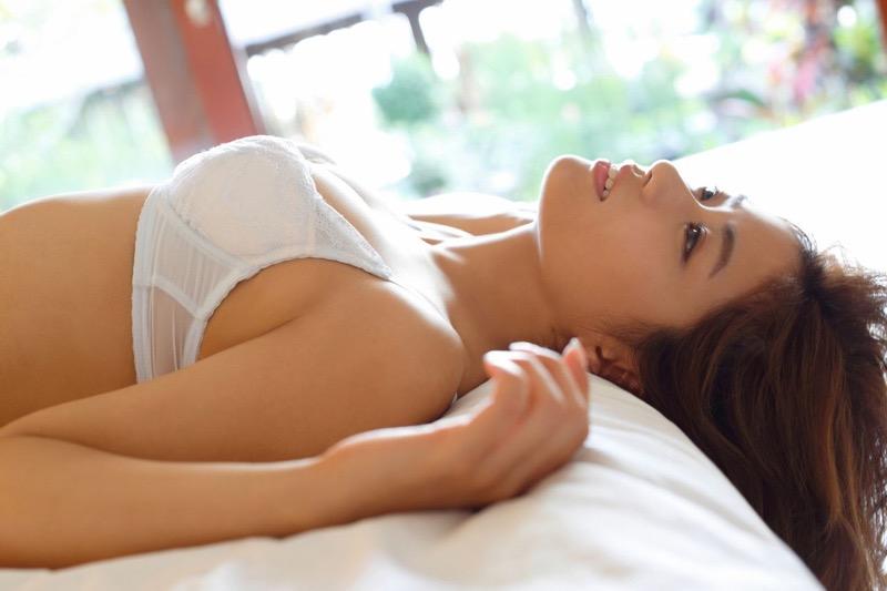 【安枝瞳グラビア画像】セクシーランジェリーが似合っていて大きなお尻がエロいピコ太郎の嫁さんwwww 13