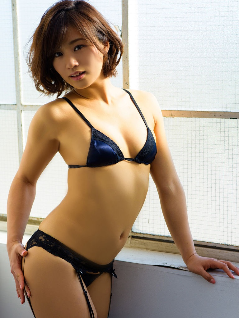 【安枝瞳グラビア画像】セクシーランジェリーが似合っていて大きなお尻がエロいピコ太郎の嫁さんwwww 21