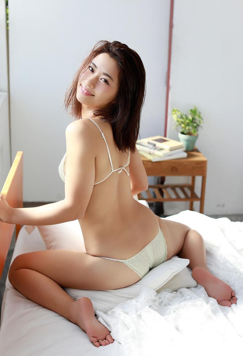 【安枝瞳グラビア画像】セクシーランジェリーが似合っていて大きなお尻がエロいピコ太郎の嫁さんwwww 28