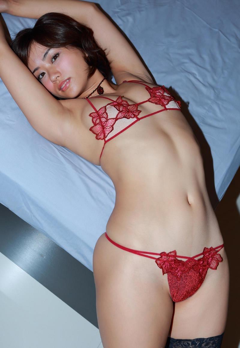 【安枝瞳グラビア画像】セクシーランジェリーが似合っていて大きなお尻がエロいピコ太郎の嫁さんwwww 33