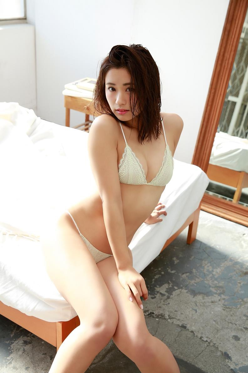 【安枝瞳グラビア画像】セクシーランジェリーが似合っていて大きなお尻がエロいピコ太郎の嫁さんwwww 44