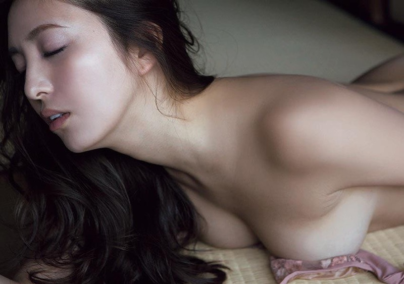 【柳いろはグラビア画像】紐ビキニから今にもハミ乳ポロリしそうなたわわなGカップ巨乳がめちゃエロ! 100