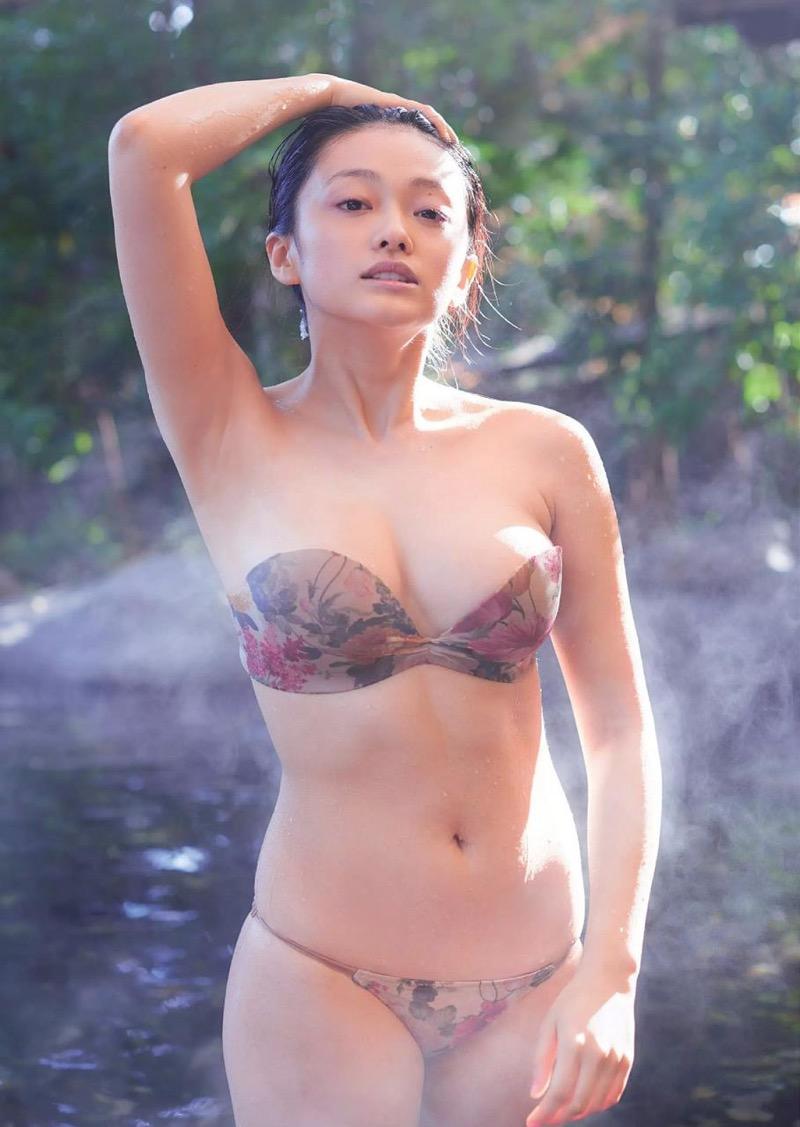 【山地まりグラビア画像】Fカップ巨乳の谷間がエロ過ぎて女優だけやらせておくには勿体ないんだがwwww 39