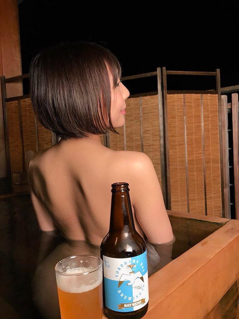 【麻倉まりなエロ画像】立ち飲み屋店長を辞めてまでグラビア活動に掛けたGカップ巨乳ボディのお姉さん 18