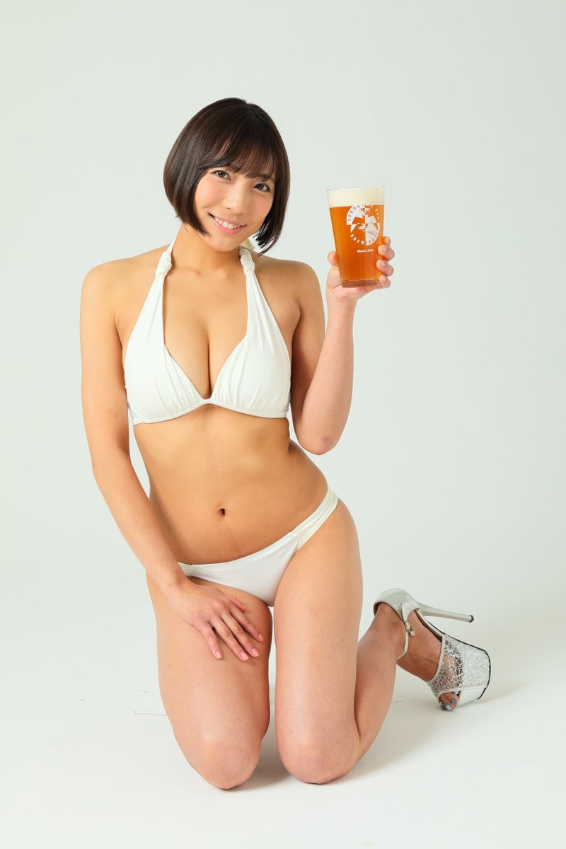 【麻倉まりなエロ画像】立ち飲み屋店長を辞めてまでグラビア活動に掛けたGカップ巨乳ボディのお姉さん 52