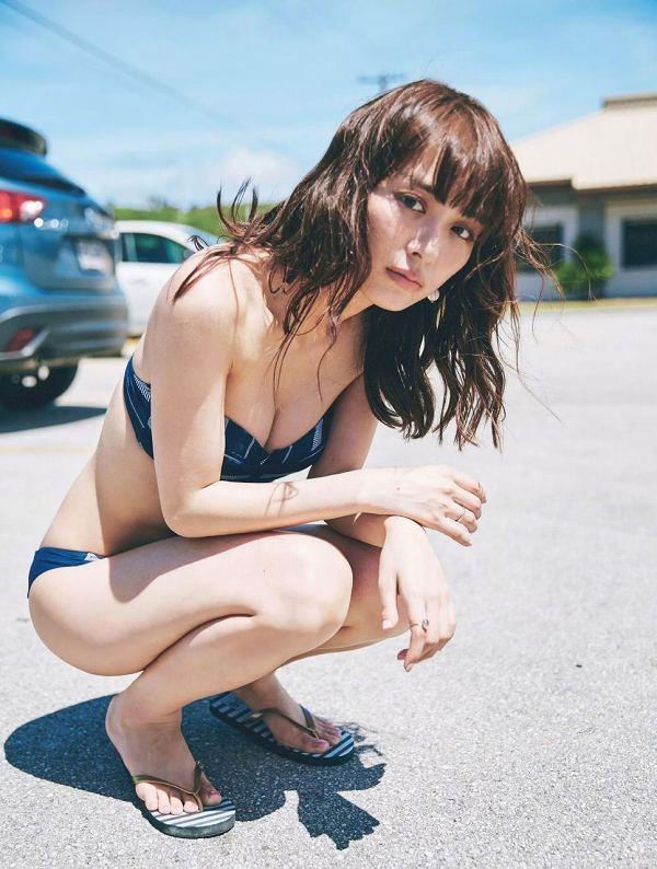 【美女の水着エロ画像】美人モデルがビキニ等のエッチな水着姿でグラビアを飾ったセクシー画像がこちら! 17