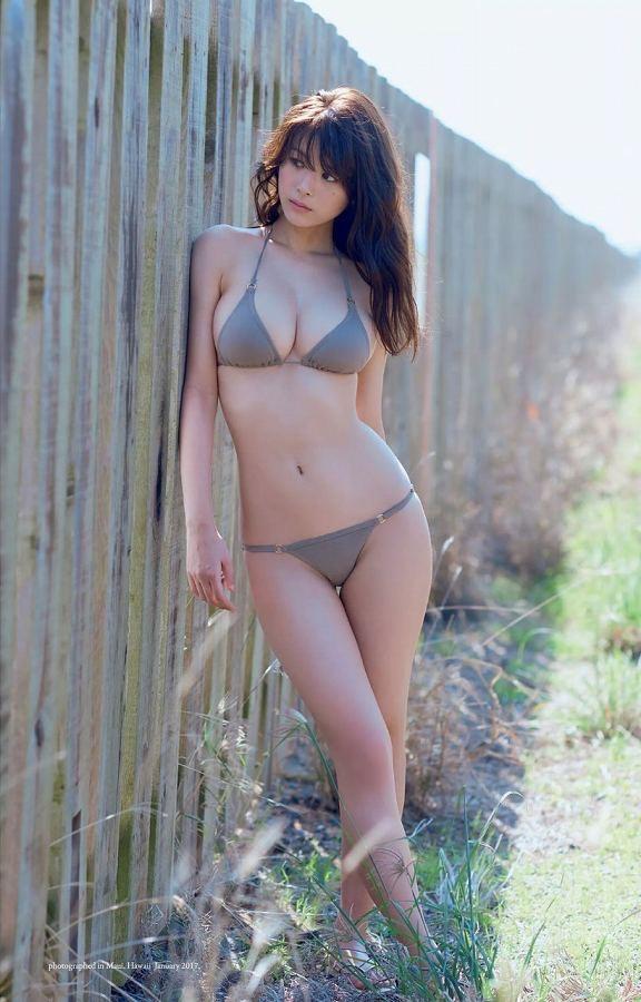 【美女の水着エロ画像】美人モデルがビキニ等のエッチな水着姿でグラビアを飾ったセクシー画像がこちら! 61
