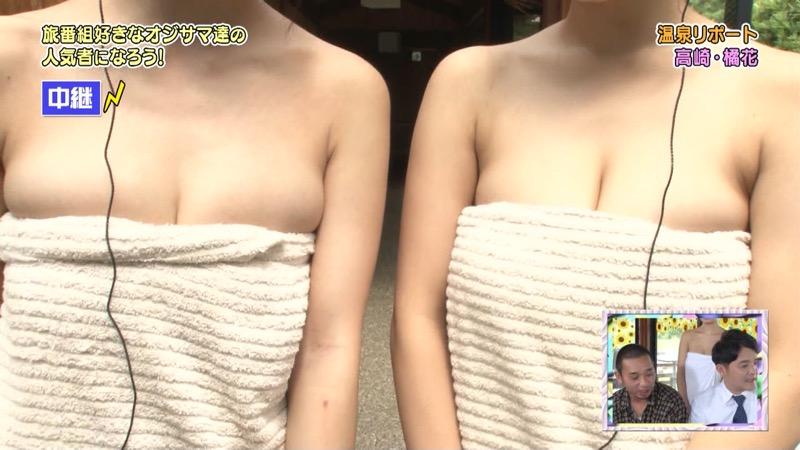 【温泉キャプ画像】オッパイにタオルを巻きながら谷間をギュッとテレビで見せつけるエロいタレント 05