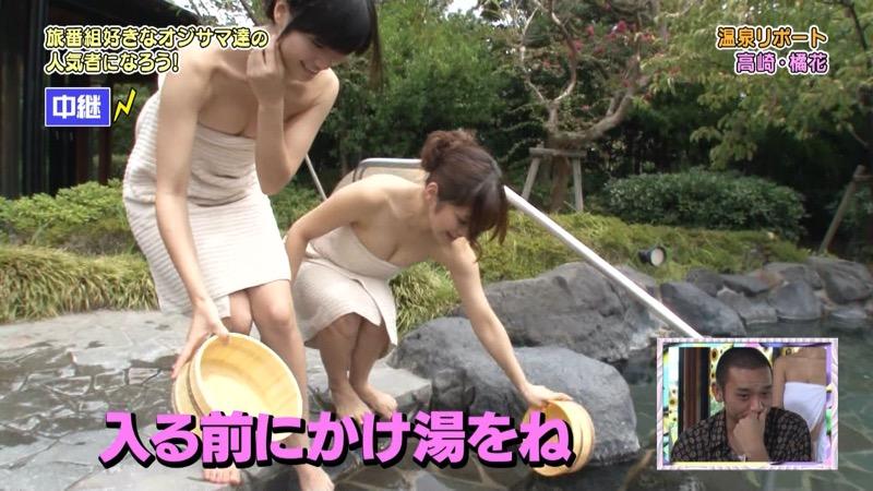 【温泉キャプ画像】オッパイにタオルを巻きながら谷間をギュッとテレビで見せつけるエロいタレント 20