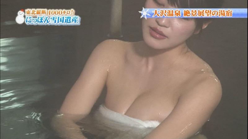 【温泉キャプ画像】オッパイにタオルを巻きながら谷間をギュッとテレビで見せつけるエロいタレント 28
