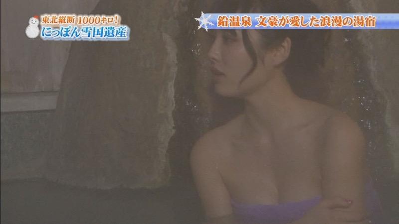 【温泉キャプ画像】オッパイにタオルを巻きながら谷間をギュッとテレビで見せつけるエロいタレント 30