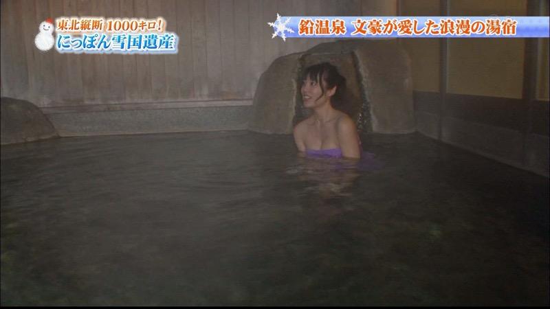 【温泉キャプ画像】オッパイにタオルを巻きながら谷間をギュッとテレビで見せつけるエロいタレント 31