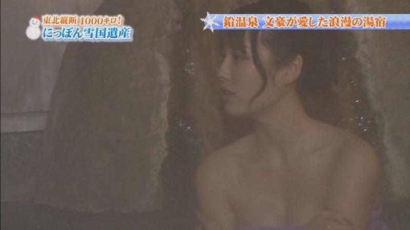 【温泉キャプ画像】オッパイにタオルを巻きながら谷間をギュッとテレビで見せつけるエロいタレント 33