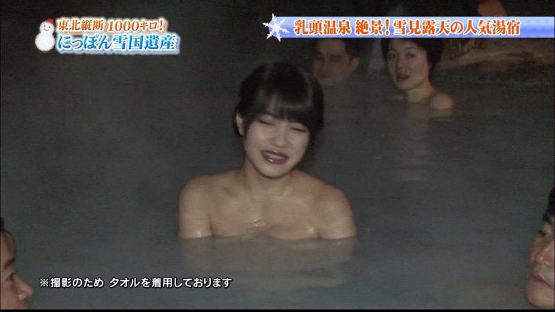 【温泉キャプ画像】オッパイにタオルを巻きながら谷間をギュッとテレビで見せつけるエロいタレント 35