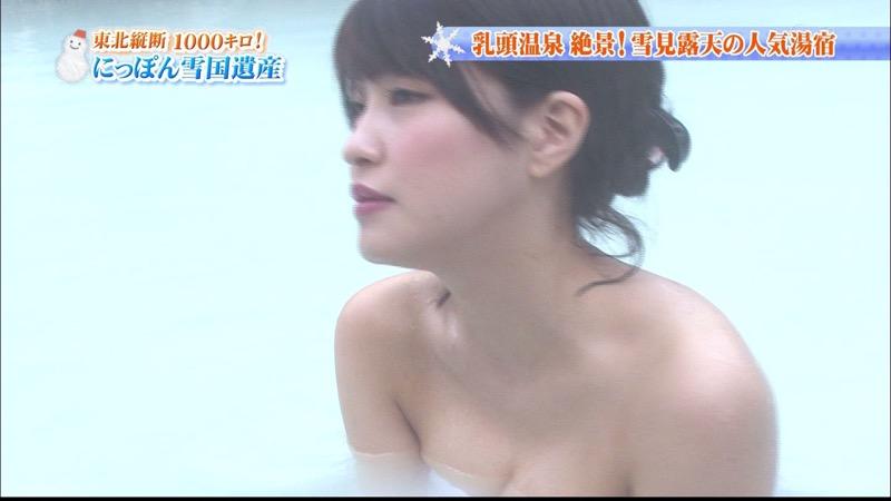 【温泉キャプ画像】オッパイにタオルを巻きながら谷間をギュッとテレビで見せつけるエロいタレント 38
