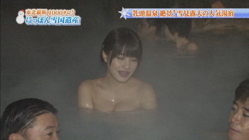【温泉キャプ画像】オッパイにタオルを巻きながら谷間をギュッとテレビで見せつけるエロいタレント 43