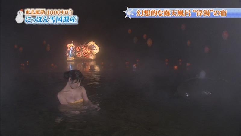 【温泉キャプ画像】オッパイにタオルを巻きながら谷間をギュッとテレビで見せつけるエロいタレント 51