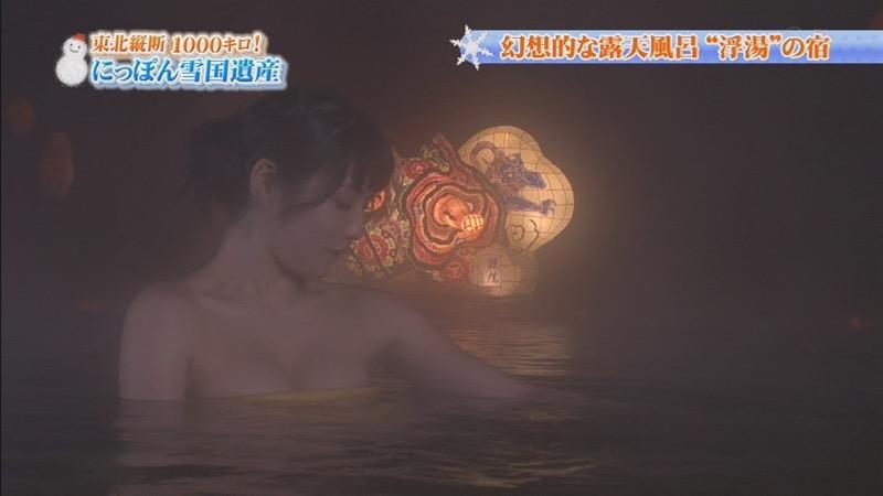 【温泉キャプ画像】オッパイにタオルを巻きながら谷間をギュッとテレビで見せつけるエロいタレント 52