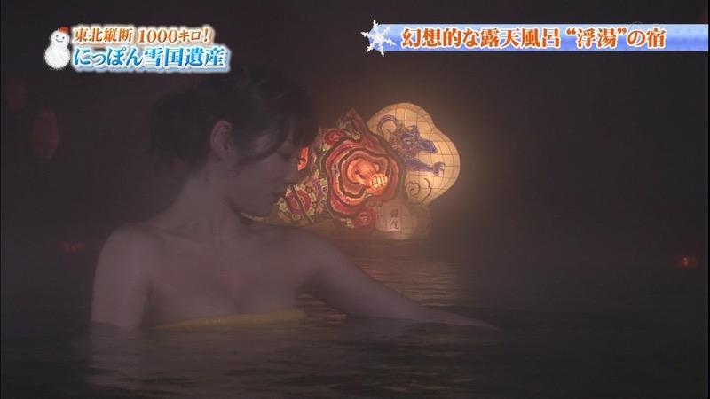 【温泉キャプ画像】オッパイにタオルを巻きながら谷間をギュッとテレビで見せつけるエロいタレント 53