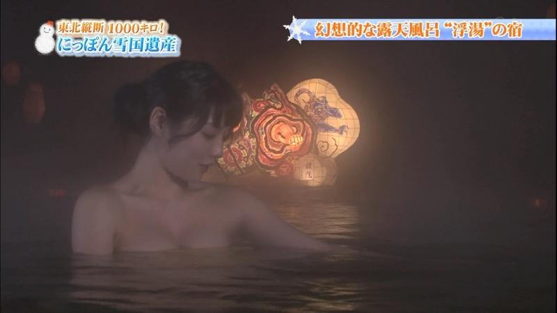 【温泉キャプ画像】オッパイにタオルを巻きながら谷間をギュッとテレビで見せつけるエロいタレント 54