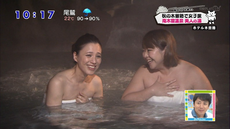 【温泉キャプ画像】オッパイにタオルを巻きながら谷間をギュッとテレビで見せつけるエロいタレント 56