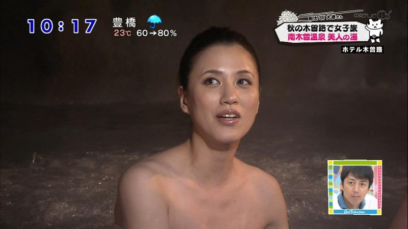 【温泉キャプ画像】オッパイにタオルを巻きながら谷間をギュッとテレビで見せつけるエロいタレント 57