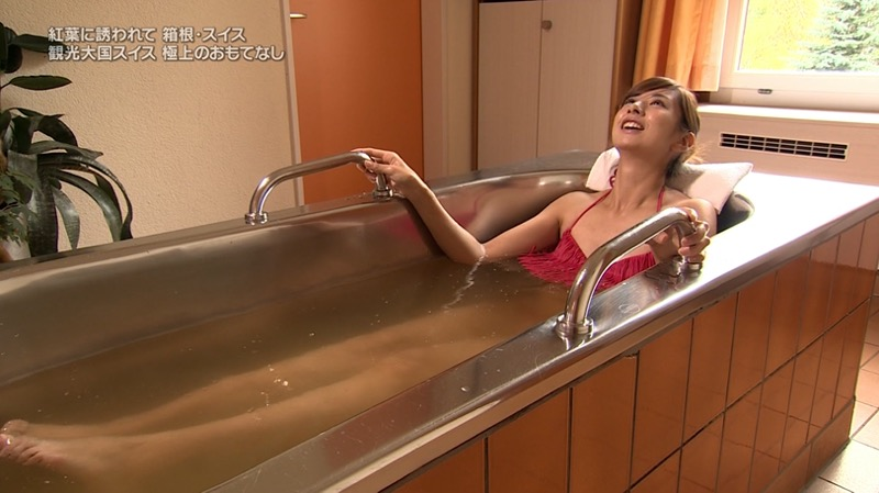 【温泉キャプ画像】オッパイにタオルを巻きながら谷間をギュッとテレビで見せつけるエロいタレント 61
