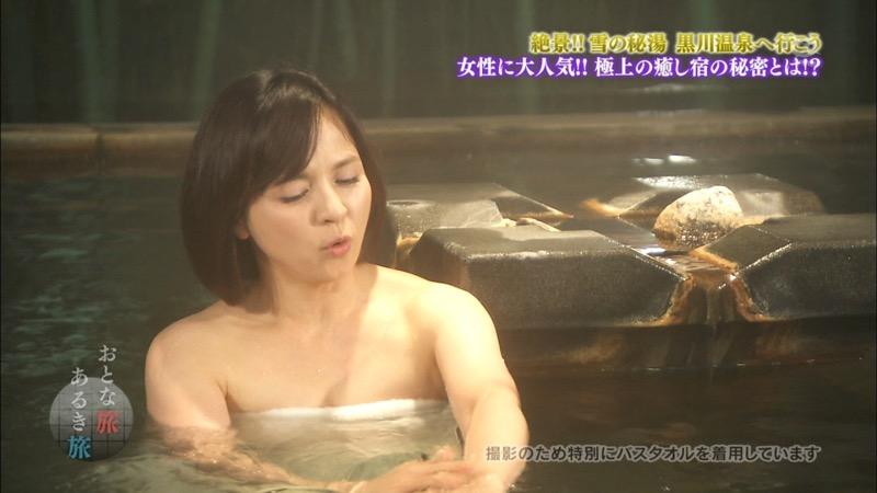 【温泉キャプ画像】オッパイにタオルを巻きながら谷間をギュッとテレビで見せつけるエロいタレント 63