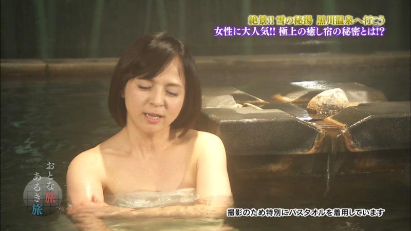 【温泉キャプ画像】オッパイにタオルを巻きながら谷間をギュッとテレビで見せつけるエロいタレント 64
