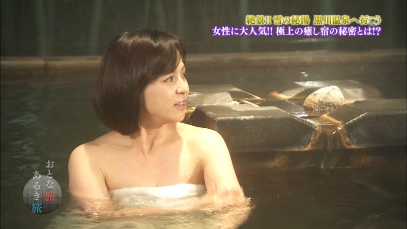【温泉キャプ画像】オッパイにタオルを巻きながら谷間をギュッとテレビで見せつけるエロいタレント 65