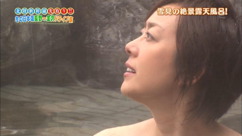 【温泉キャプ画像】オッパイにタオルを巻きながら谷間をギュッとテレビで見せつけるエロいタレント 66