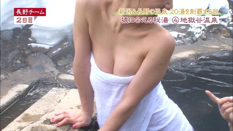 【温泉キャプ画像】オッパイにタオルを巻きながら谷間をギュッとテレビで見せつけるエロいタレント 70