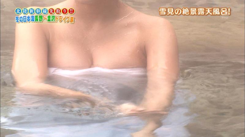 【温泉キャプ画像】オッパイにタオルを巻きながら谷間をギュッとテレビで見せつけるエロいタレント 74