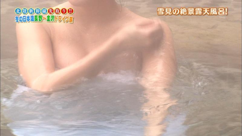 【温泉キャプ画像】オッパイにタオルを巻きながら谷間をギュッとテレビで見せつけるエロいタレント 75