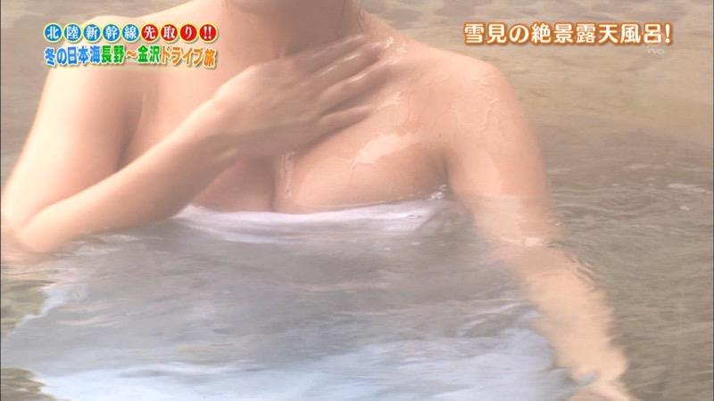 【温泉キャプ画像】オッパイにタオルを巻きながら谷間をギュッとテレビで見せつけるエロいタレント 76