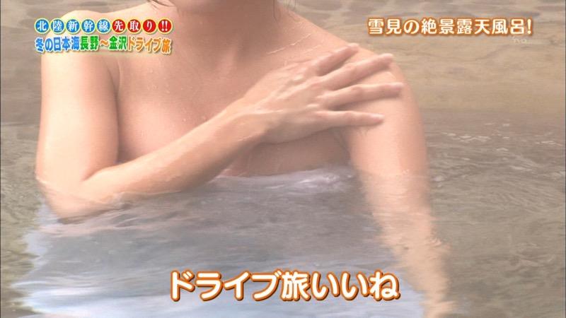 【温泉キャプ画像】オッパイにタオルを巻きながら谷間をギュッとテレビで見せつけるエロいタレント 77