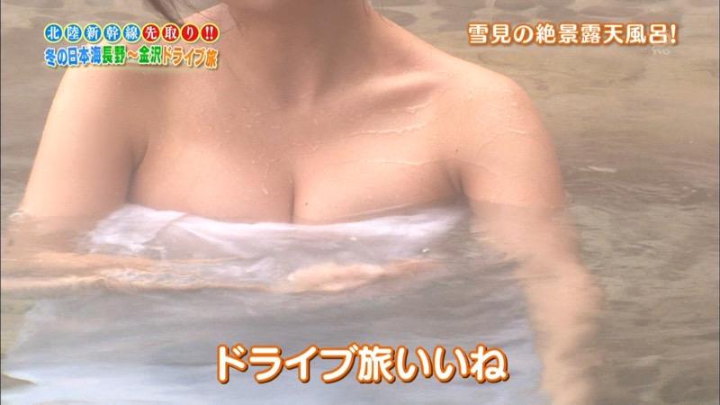 【温泉キャプ画像】オッパイにタオルを巻きながら谷間をギュッとテレビで見せつけるエロいタレント 78