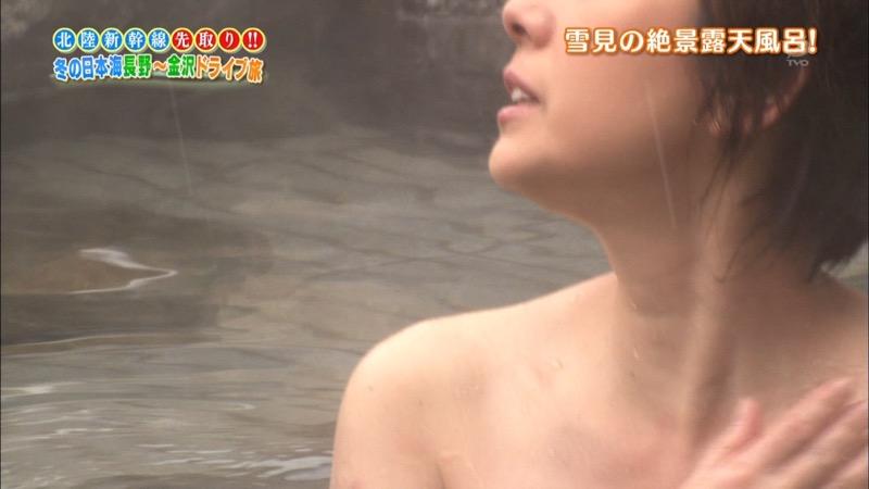 【温泉キャプ画像】オッパイにタオルを巻きながら谷間をギュッとテレビで見せつけるエロいタレント 80
