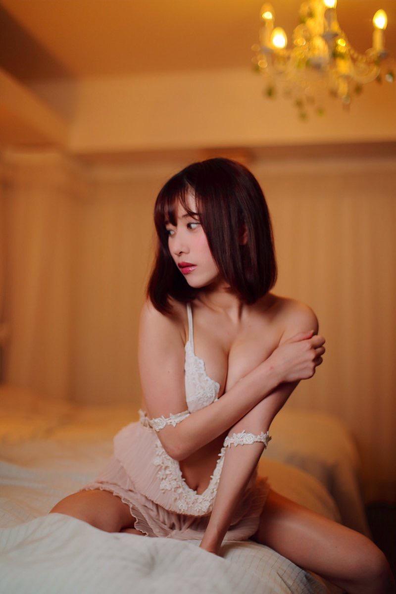 【名取くるみエロ画像】クビレた腰とお腹そしておへそが綺麗なレースクイーンの可愛い自撮りとグラビア画像 56