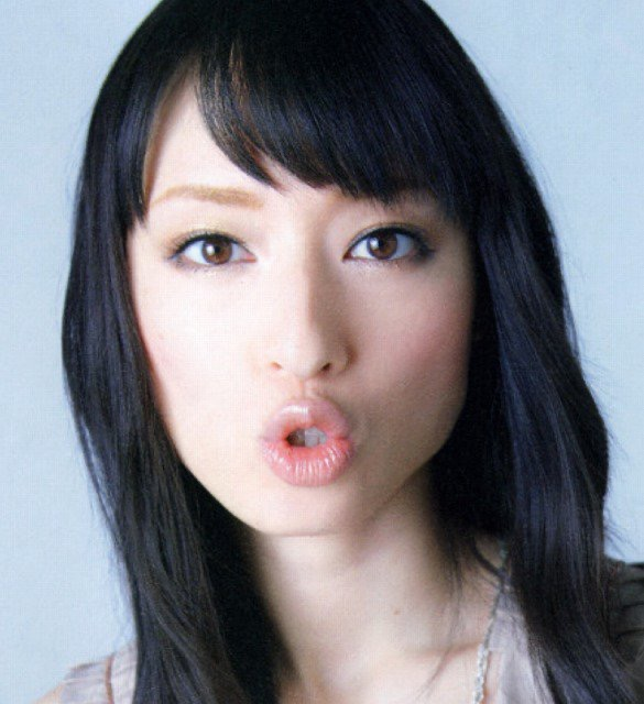 【芸能人キス顔画像】テレビで見かける美人タレントたちの可愛くてちょっとセクシーなキス画像 25