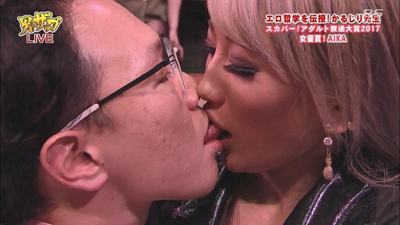 【芸能人キス顔画像】テレビで見かける美人タレントたちの可愛くてちょっとセクシーなキス画像 79