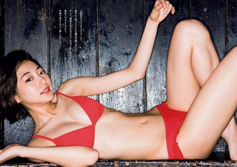 【武田玲奈グラビア画像】スレンダーだけどクビレがあるビキニ姿がエッチなショートカット美少女