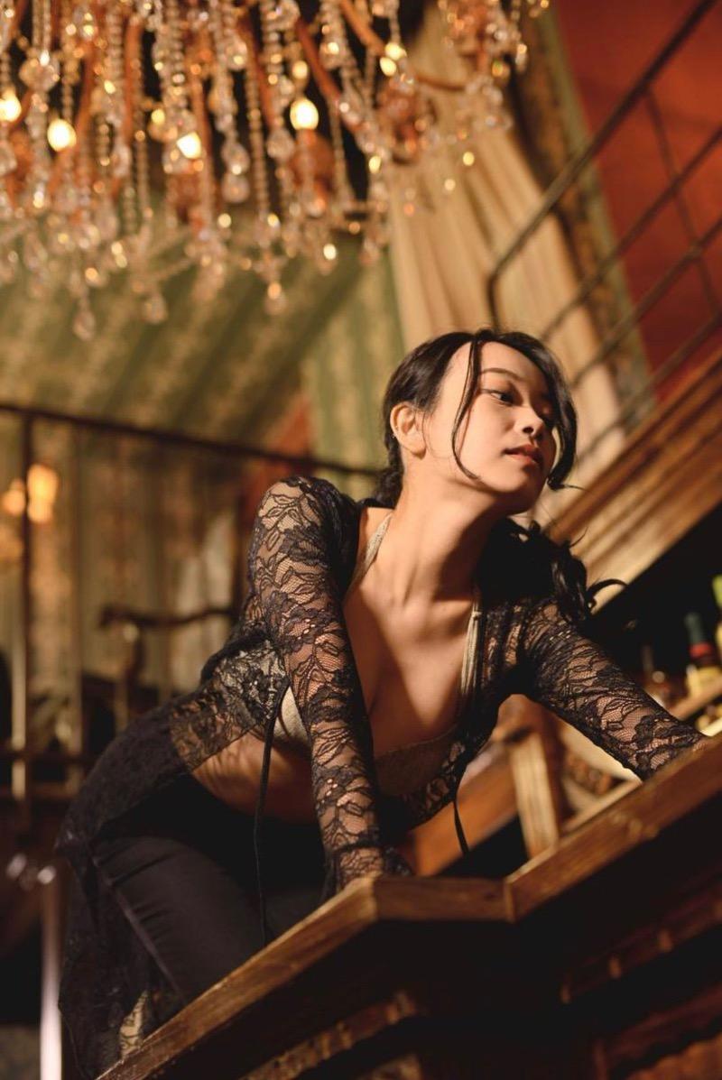 【青科まきエロ画像】Fカップの居酒屋店員が話題を呼んでグラビアアイドルとしてデビューしたってマジかwwww 17