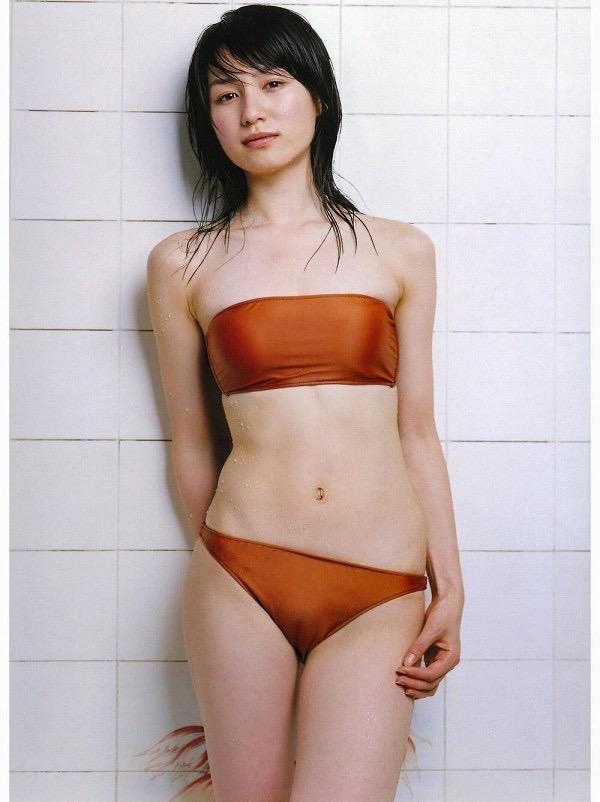【平田薫グラビア画像】専属モデル出身の美人女優が魅せる可愛くてちょっとだけセクシーなビキニ水着姿 06