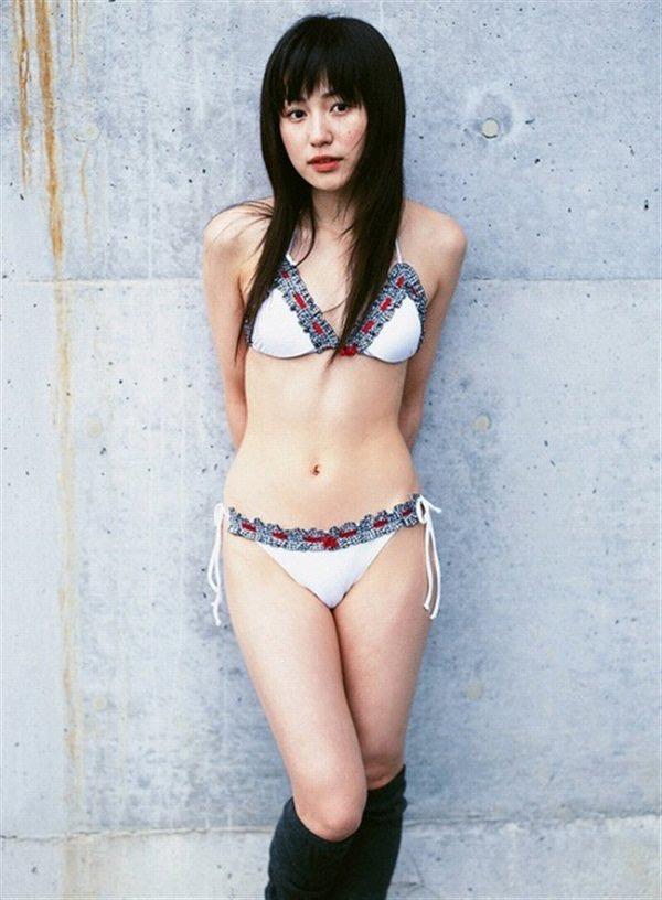【平田薫グラビア画像】専属モデル出身の美人女優が魅せる可愛くてちょっとだけセクシーなビキニ水着姿 07