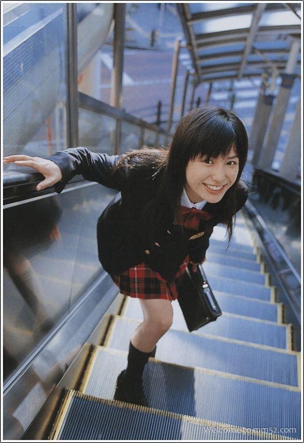 【平田薫グラビア画像】専属モデル出身の美人女優が魅せる可愛くてちょっとだけセクシーなビキニ水着姿 17
